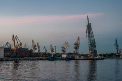 Seehafen mit Kränen Lizenzfreies Stockfoto