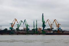 Seehafen mit Kränen lizenzfreie stockfotografie