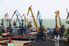 Seehafen mit Kränen und Kohle Lizenzfreie Stockbilder