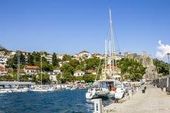 Seehafen mit Yachten in der Stadt von Herceg Novi Lizenzfreies Stockbild