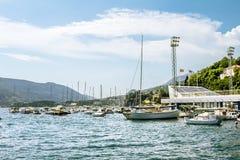 Seehafen mit Yachten in der Stadt von Herceg Novi Stockfoto