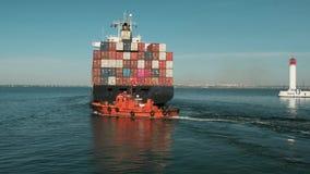 Seehafen Odessas, Ukraine, 20. Oktober 2018 Orange Versuchsboot eskortiert ein großes Handelsschiff zur hohen See stock footage
