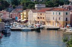 Seehafen und Häuser bei Veli Losinj Stockfotos