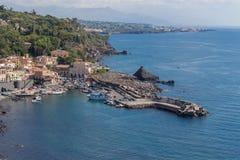 Seehafen und Häuser in Sizilien stockfotos