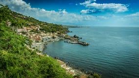 Seehafen und Häuser in Sizilien Stockfotografie