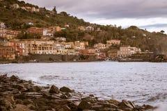 Seehafen und Häuser in Sizilien Lizenzfreie Stockbilder