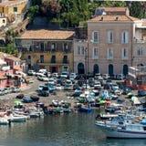 Seehafen und Häuser in Sizilien Lizenzfreies Stockbild
