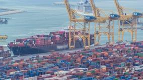 Seehafen und Verladedocks am Hafen mit Kränen und mehrfarbigem Frachtbehälter timelapse stock video