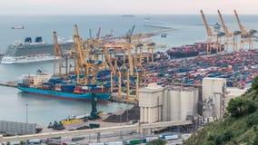 Seehafen und Verladedocks am Hafen mit Kränen und mehrfarbigem Frachtbehälter timelapse stock footage