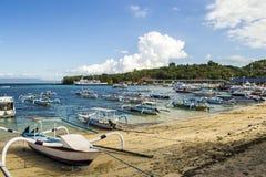 seehafen Viele Boote auf dem Ufer und im Meer Stockbilder
