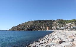 Seehafen von Alanya, große Felsen auf dem Ufer, Berg mit Festung stockfotografie