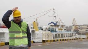 Seehafenarbeitskraft mit einem Bart und einem Sturzhelm stock footage