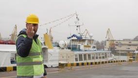 Seehafenarbeitskraft mit einem Bart und einem Sturzhelm stock video footage