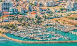Seehafenstadt von Larnaka, Zypern Ansicht von den Flugzeugen zur Küstenlinie, zu den Stränden, zum Seehafen und zur Architektur d stockbild
