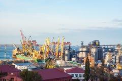 Seehafenterminal mit Kränen und oficces Stockbilder
