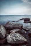 Seehimmel und enorme Steine stockfotografie