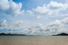 Seehimmelwolke und -inseln Stockbild
