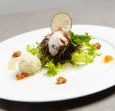 Seeigel mit Zitronenschaum und grüner Salat grünen Stockfoto