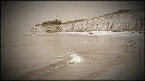 Seeküste. Der Effekt des alten Filmes stock video footage