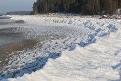 Seeküste mit Schnee und Eis lizenzfreie stockbilder