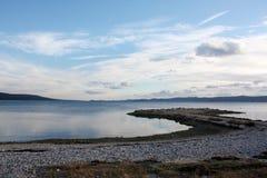 Seeküste mit Sonnenuntergang in Dalmatien Adria Croatia lizenzfreie stockbilder