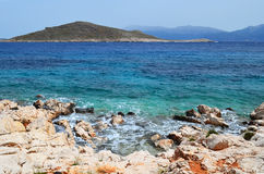 Seeküste mit Steinen Stockfotografie