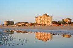 Seeküste und -ansicht über Adler-Hotel in Lido di Classe, Italien Lizenzfreies Stockfoto