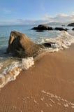 Seeküstefelsen und -welle im Sonnenuntergang Lizenzfreies Stockbild