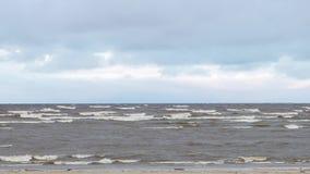 Seeküstenwellen, die auf leerem sandigem Strand, stürmisches bewölktes Sonnenaufgang skyview rollen bildschirm Meereswellen auf s stock video footage