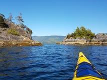 Seekajaken auf dem blauen Wasser des Clayoquot-Tones, Tofino an einem sonnigen Tag stockbilder