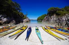 Seekajaks auf Strand in der sandigen Bucht Lizenzfreie Stockfotos