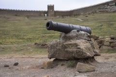 Seekanone in der alten Genoese Festung in Krim lizenzfreie stockfotos