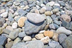 Seekiesel, Meer entsteint Hintergrund, Strand schaukelt Lizenzfreies Stockfoto