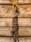 Seeknoten auf einem alten Schiffsseil Lizenzfreie Stockfotografie