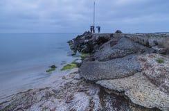 Seelandschaft in der blauen Stunde unter dem Regen Vom Schwarzmeerküste Pomorie-Erholungsort Bulgarien lizenzfreie stockfotos