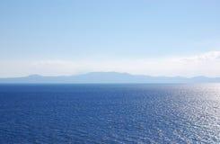 Seelandschaft mit blauem Meer und Bergen auf dem Horizont in Griechenland lizenzfreies stockfoto