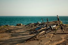 Seelandschaft mit den Lügenfahrrädern stockbild