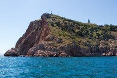 Seelandschaft mit Felsen auf Ufer Stockfotografie