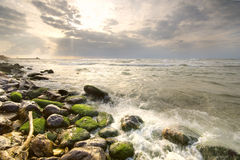 Seelandschaft mit grünen Felsen Lizenzfreies Stockfoto