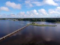 Seelandschaft mit langer Holzbrücke, Vogelperspektive Stockfotos