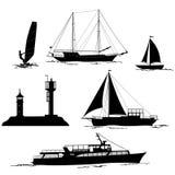 Seelandschaft mit Palmen und Schiffs-Schattenbildern Stockfoto