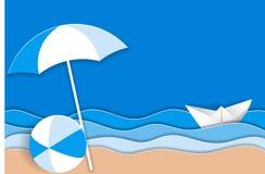 Seelandschaft mit Papierschiff in den Meereswogen, im Strandschirm und im hellen Ball auf dem sandigen Strand Lizenzfreie Abbildung