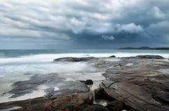 Seelandschaft mit schlechtem Wetter Lizenzfreies Stockbild
