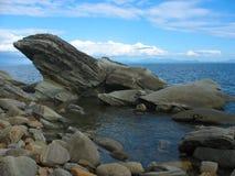 Seelandschaft mit schwierigen Steinen (Fluss-Steine) lizenzfreie stockbilder