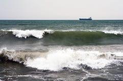 Seelandschaft mit Wellen im Vordergrund Lizenzfreies Stockbild