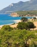 Seelandschaftsansicht des Strandes und des Berges Lizenzfreies Stockbild