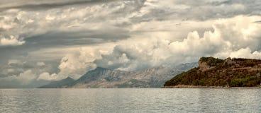 Seelandschaftsstürmische Wolken und Berge Kroatien Lizenzfreie Stockfotos