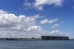 Seelastkahn zog in den Hafen Stockbilder