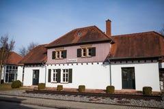 SEELBACH TYSKLAND - Februari 17, 2017: Den gamla järnvägsstationbyggnaden i Seelbach, Tyskland Stängt i året 1952 royaltyfria bilder