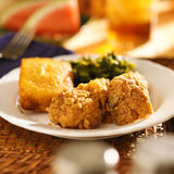 Seelenlebensmittel - gebratenes Huhn mit Kohlgrüns und Maisbrot Stockfoto